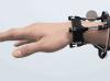 研究人员演示解决AR/VR手部动作交互新方案——腕带传感器FingerTrak