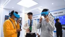 戴上VR眼镜欣赏张家界美景
